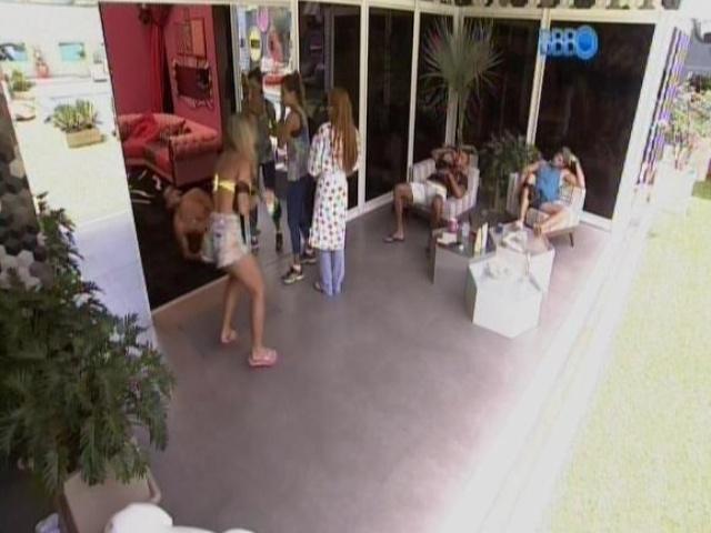 18.fev.2014 - Marcelo se esconde atrás da porta e dá um susto em Vanessa