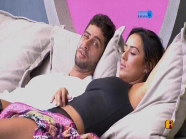18.fev.2014 - Marcelo e Letícia conversam sobre relacionamento