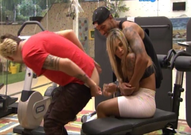 18.fev.2014 - Na academia, Cássio abaixa as calças para Vanessa