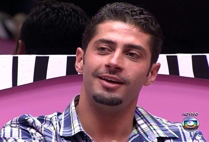 18.fev.2014 - Pedro Bial conversa com outros brothers da casa