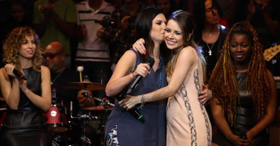 """18.fev.2014 - Sandy se emociona ao cantar com Laura Pausini no """"Altas Horas"""". A brasileira sempre declarou ser fã da italiana"""