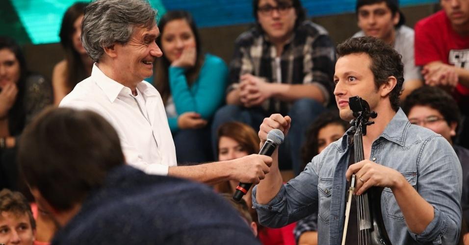 """18.fev.2014 - Serginho Groisman conversa com Lucas Lima no """"Altas Horas"""""""