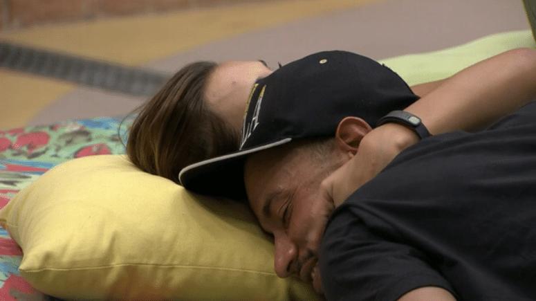 18.fev.2014 - Valter confessa que dorme de mãos dadas com Angela