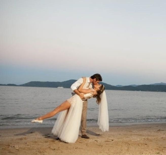 18.fev.2014- O casamento de Giselle Itié e Emílio Dantas aconteceu na praia do Corumbê, em Paraty, Costa Verde do Rio de Janeiro e recebeu familiares e amigos próximos. As fotos foram publicadas no blog da cerimonialista Constance Zahn