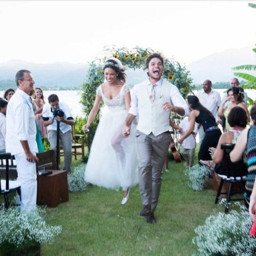 18.fev.2014 - O casamento de Giselle Itié e Emílio Dantas aconteceu, no dia 1º de fevereiro, na praia do Corumbê, em Paraty, Costa Verde do Rio de Janeiro e recebeu familiares e amigos próximos. As fotos foram publicadas no blog da cerimonialista Constance Zahn