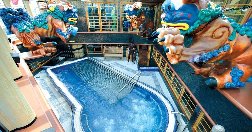 Piscina de Talassoterapia (tratamento que faz uso de imersão em água do mar tratada) do Samsara Spa a bordo do Costa Favolosa, um dos navios que está na temporada brasileira de cruzeiros