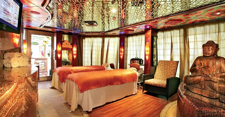 Sala de massagens do Samsara Spa a bordo do Costa Favolosa; entre os tratamentos oferecidos por um custo adicional estão terapia de pedras, limpeza e hidratação facil com elementos marinhos e hidralift
