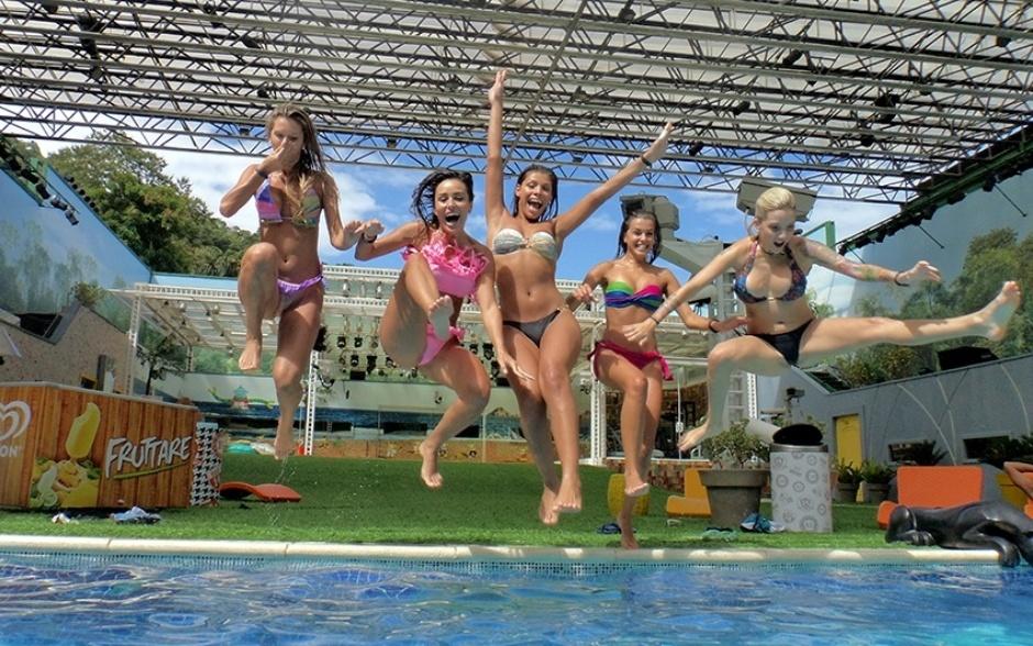 18.fev.2014 - Tatiele, Letícia, Franciele, Angela e Clara também pulam na água