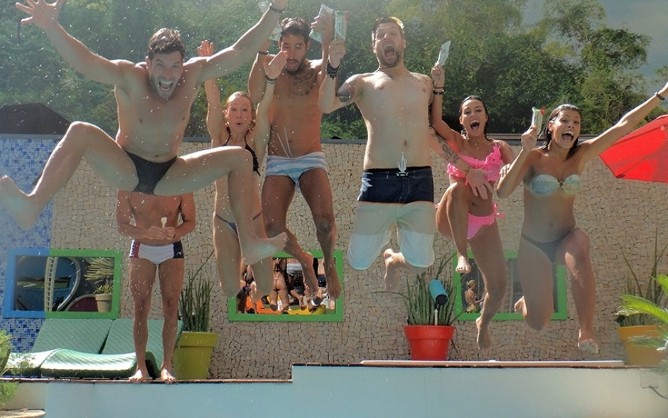 18.fev.2014 - Roni, Diego, Aline, Cássio, Letícia e Franciele pulam na piscina