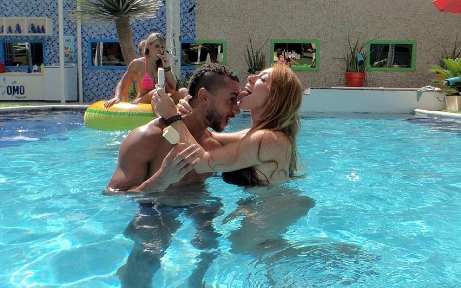 18.fev.2014 - Como assim? Aline larga sorvete e lambe Valter na piscina