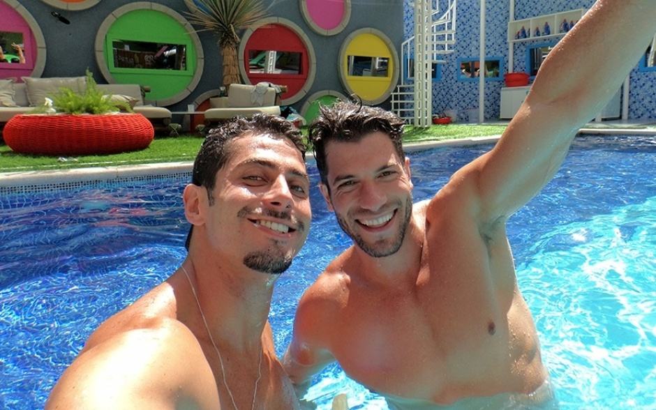 18.fev.2014 - Marcelo e Roni: parceria até dentro da piscina