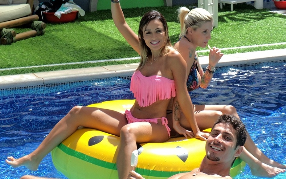 18.fev.2014 - Letícia, Clara e Marcelo se divertem dentro da piscina