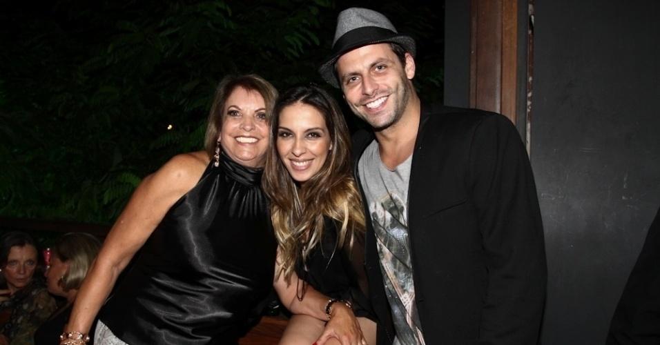 18.fev.2014 - Ao lado da mãe Terezinha e da namorada, Juliana Despirito, Henri Castelli comemora seu aniversário de 36 anos