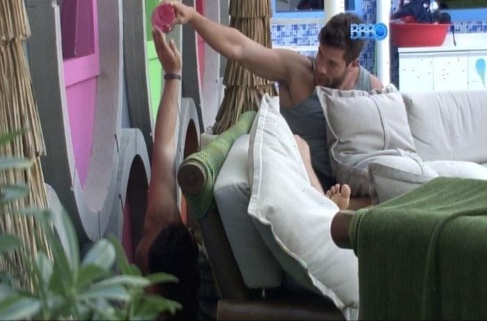 18.fev.2014 - Com um graveto em mãos, Marcelo tenta enganar Roni simulando ser um bicho.