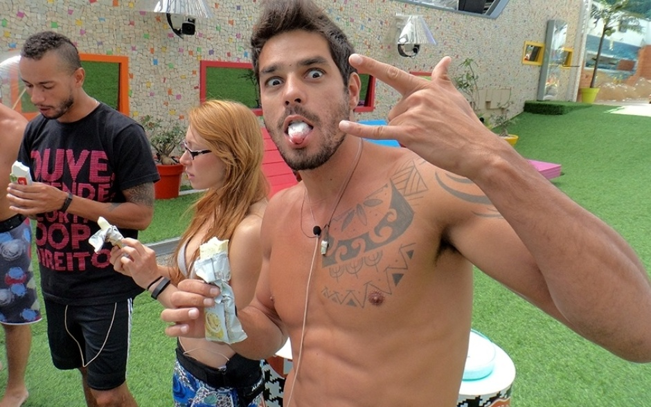 18.fev.2014 - Diego oferece sorvete com a língua