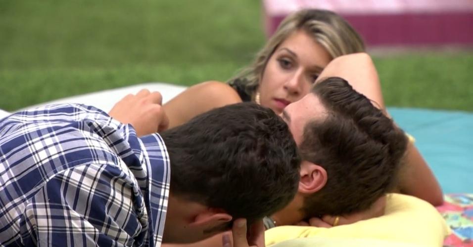 """18.fev.2014 - Em conversa com Tatiele e Roni, Marcelo confessa que ficou com Letícia: """"Beijinho foram as duas noites. Ontem foi um beijo, daí de verdade. Mas carinho tivemos. Dormindo junto, abraçando"""""""