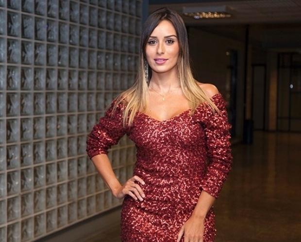 18.fev.2014 - Em entrevista coletiva, Letícia nega que tenha ficado com Marcelo e com Rodrigo