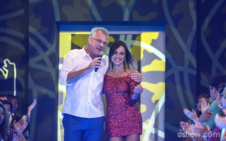 18.fev.2014 - Já fora da casa, Letícia é recebida no palco por Pedro Bial