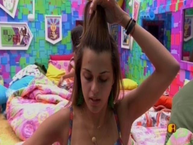 19.fev.2014 - Angela arruma o cabelo para festa