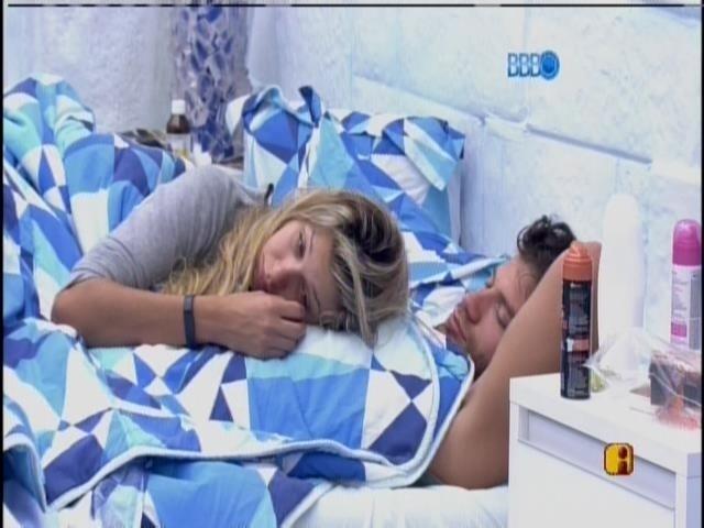 19.fev.2014 - Na Sibéria, Tatiele e Roni são despertados