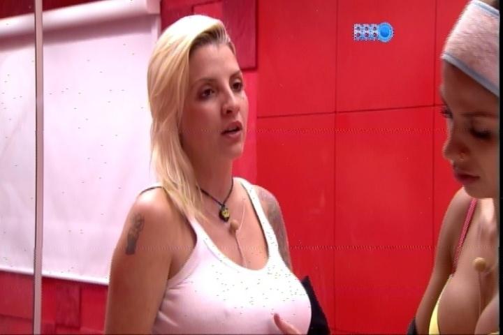 19.fev.2014 - Clara declara que está chocada com a atitude de Letícia ao deixar o reality