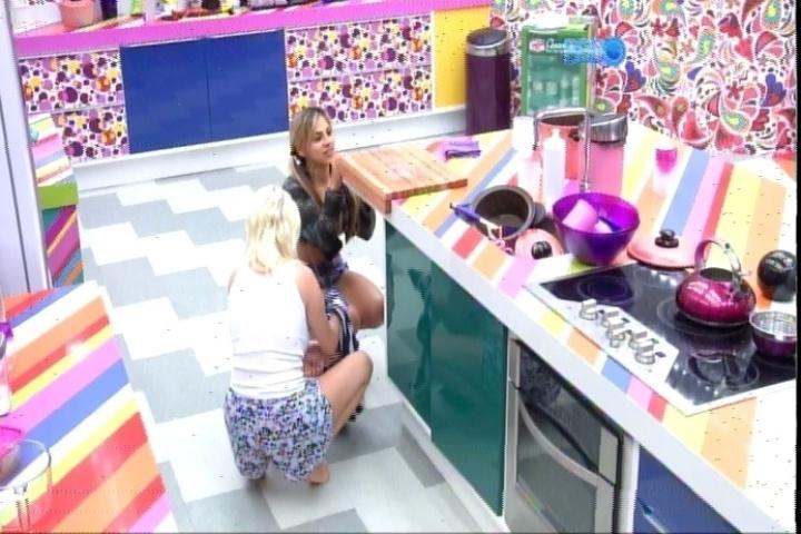 19.fev.2014 - Clara e Vanessa tacam feijões no vidro da porta para assustar Valter