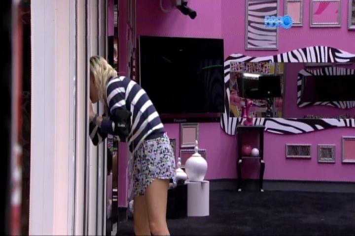 19.fev.2014 - Clara espia para ver se Valter se assustou com o plano em parceria com Vanessa