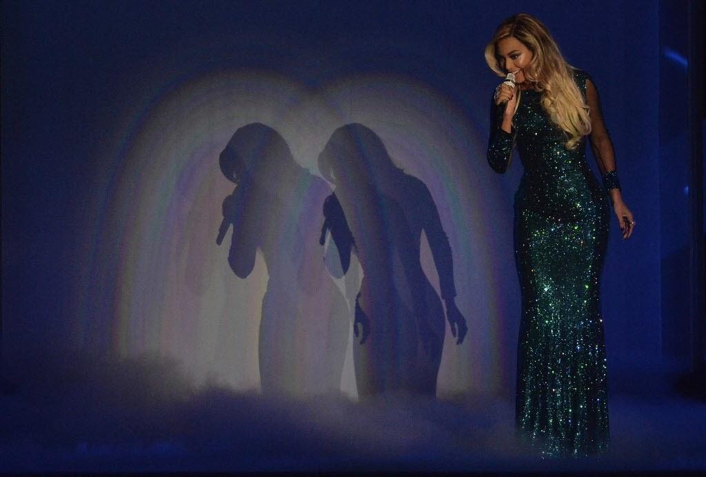 """19.fev.2014 - Com um vestido brilhante, Beyoncé cantou """"XO"""" no palco do Brit Awards 2014"""