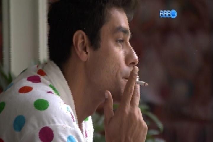 19.fev.2014 - Diego acorda às 7h30 da manhã para fumar