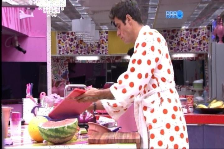 19.fev.2014 - Diego prepara uma salada de frutas logo pela manhã