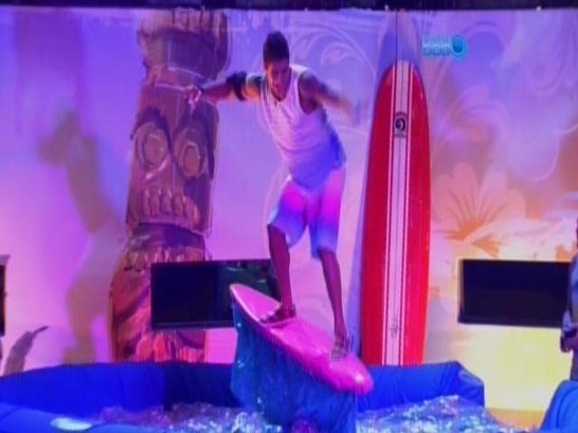 19.fev.2014 - Diego se 'surfa' na prancha mecânica