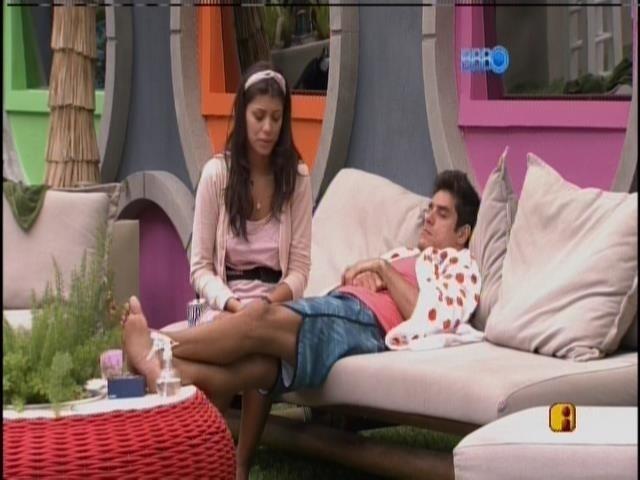 19.fev.2014 - Franciele e Diego conversam na varanda