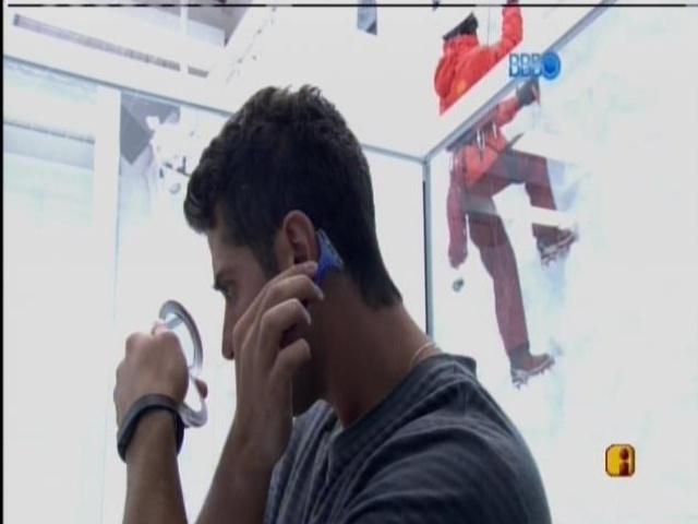 19.fev.2014 - Marcelo ajeita cabelo com lâmina de barbear
