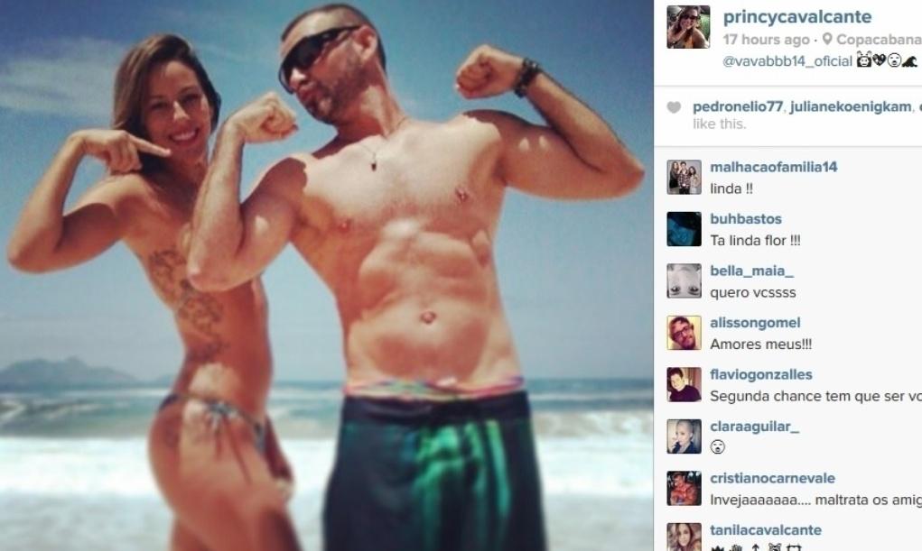 19.fev.2014 - Princy e Vagner mantêm a amizade fora do confinamento. Em foto divertida, os dois fazem pose para a câmera na praia de Copacabana, Zona Sul do Rio de Janeiro