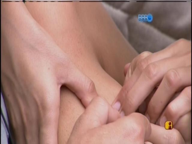 19.fev.2014 - Roni depila o braço de Tatiele com pinça