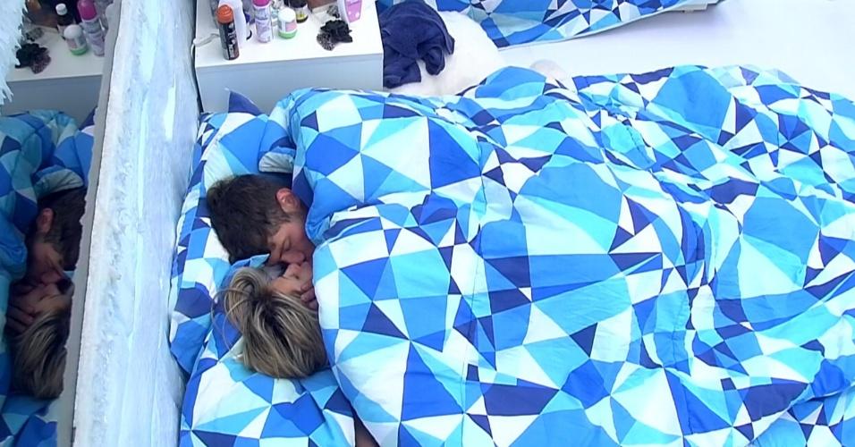 19.fev.2014 - Roni e Tatiele se beijam no quarto da Sibéria