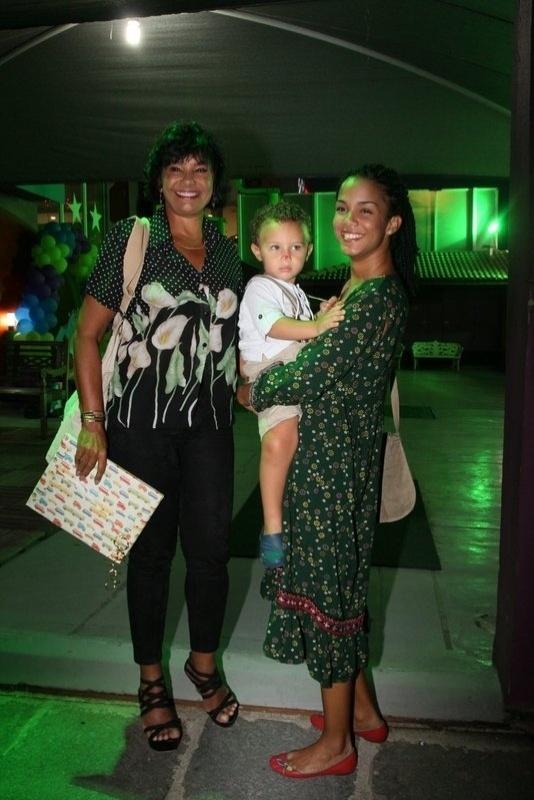 19.fev.2014 - Solange Couto prestigiou o aniversário de Noah, neto de Zeca Pagodinho. A atriz estava com o filho, Benjamin, e a filha, Morena