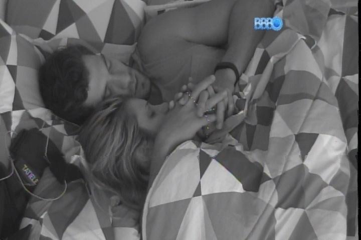 19.fev.2014 - Tatiele e Roni rezam antes de dormir na madrugada desta quarta-feira (19)