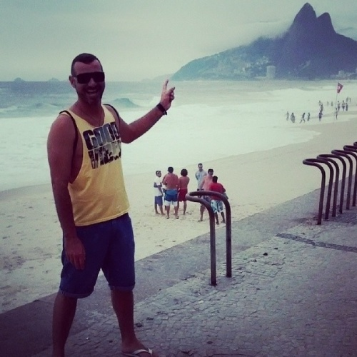 """19.fev.2014 - Vagner curte praia de Ipanema, Zona Sul do Rio de Janeiro. """"Sempre bom"""", escreveu o ex-BBB"""
