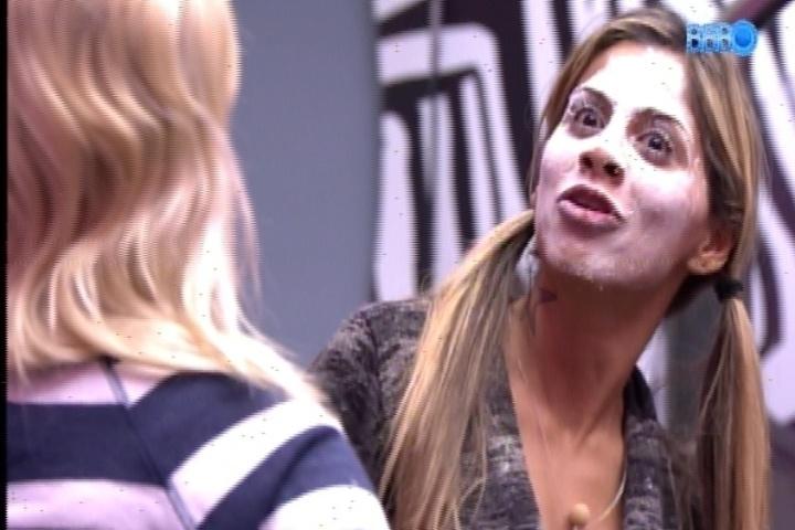 19.fev.2014 - Vanessa usa farinha de trigo no rosto para assustar Marcelo