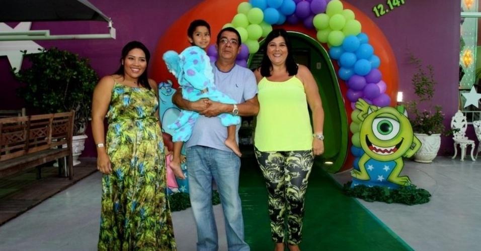 19.fev.2014 - Zeca Pagodinho celebrou os quatro anos do neto, Noah, ao lado da mulher, Mônica, no Rio. O menino é filha de Eliza, filha caçula do sambista