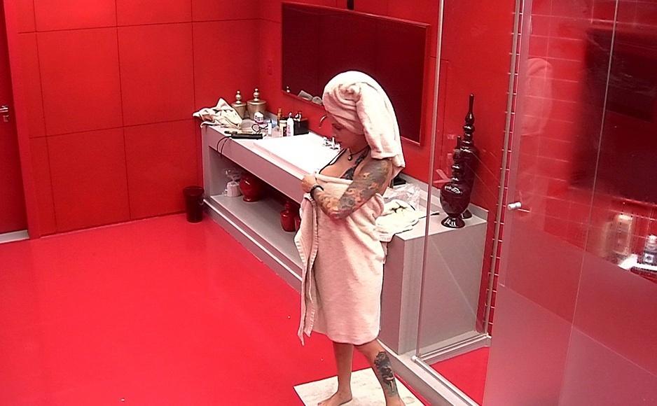 19.jan.2014 - Clara sai do banho no quarto do líder com uma toalha nos cabelos