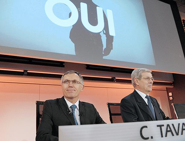 """Carlos Tavares (esq.) e Philippe Varin, atual e futuro chefões da PSA, anunciam """"sim"""" a chineses e governo - Eric Piermont/AFP"""