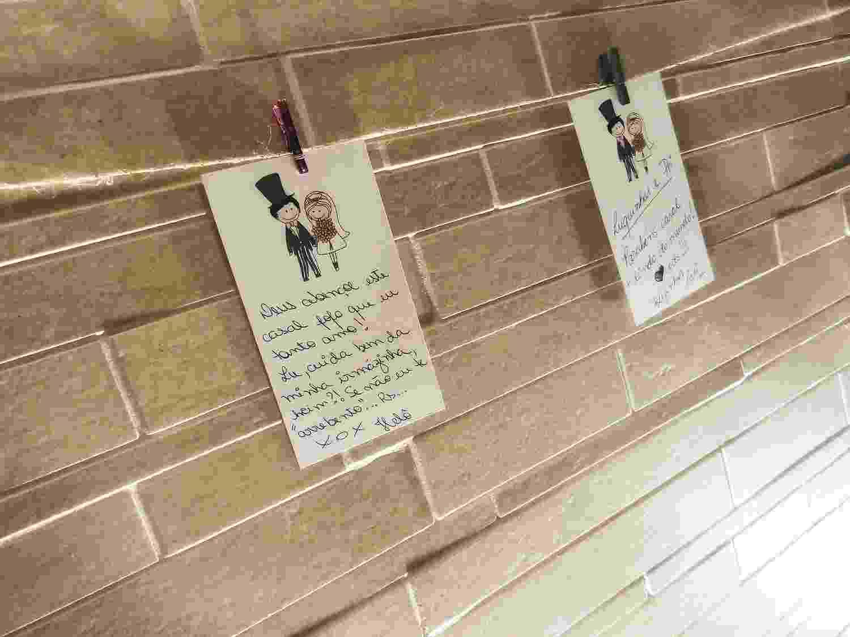 Varal de recados leva cartões feitos em papel gramatura 180 g (tamanho 10,5 cm X 5 cm) e personalizados pelos noivos; da Gloss Design (www.glossdesign.com.br), por R$ 40 (mínimo 40 unidades). Disponibilidade e preço pesquisados em fevereiro de 2014 e sujeitos a alteração - Divulgação
