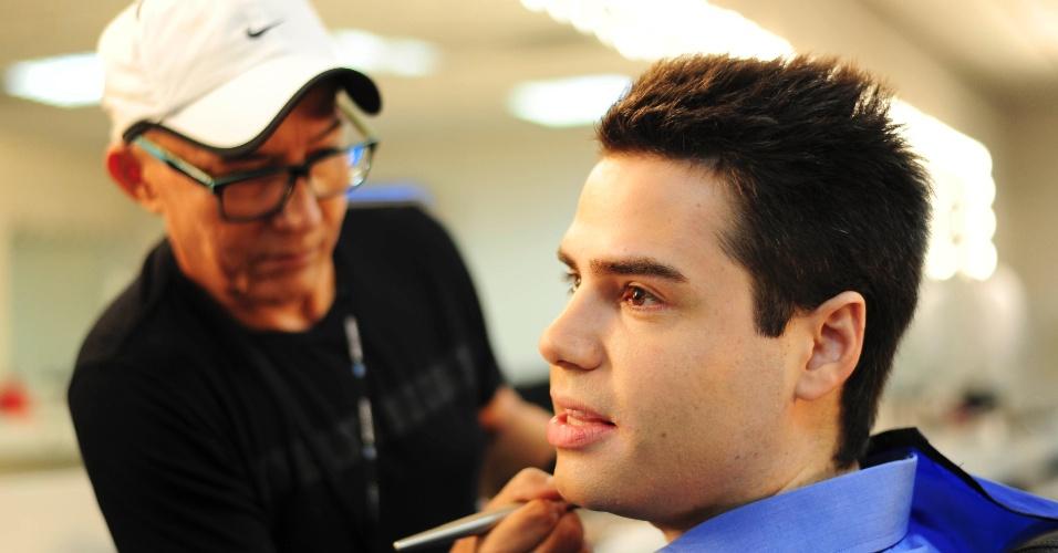 """19.fev.2014 - Às 11h30 em ponto, já vestido para o """"Balanço Geral"""", Bacci segue para sala de maquiagem, onde o maquiador Chiquinho, passa base, rímel e manteiga de cacau nos lábios"""