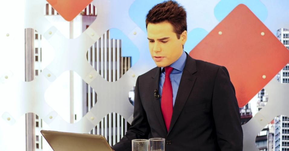 19.fev.2014 - Durante, os intervalos, Bacci checa notícias na internet e se refresca com um suco de laranja, batido com muito gelo