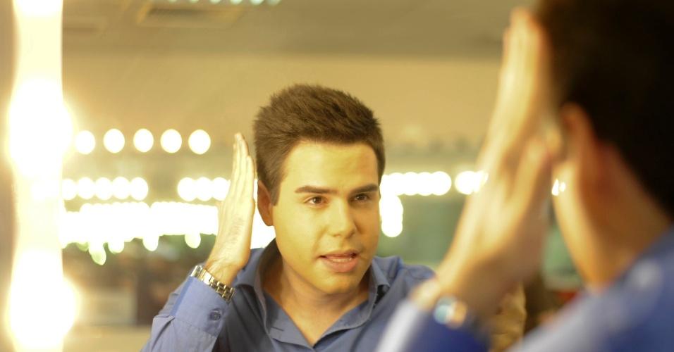 """19.fev.2014 - Vaidoso, Luiz Bacci dispensa o auxílio de um profissional na hora de arrumar o cabelo. """"Faço questão de arrumar meu cabelo. Isso aprendi com o Silvio [Santos], frequentando o Jassa"""", diz o repórter"""