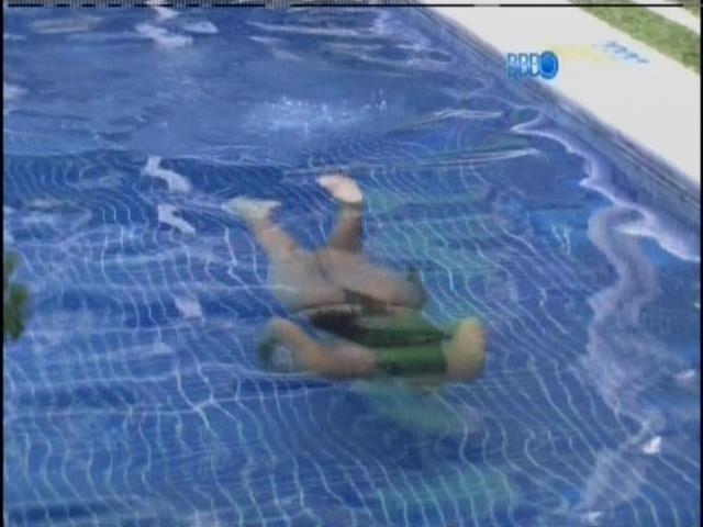 20.fev.2014 - A gaúcha Franciele mergulha na piscina