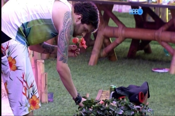 20.fev.2014 - Amanhece, Cássio colhe flores e as leva para dentro da casa, mas é repreendido pela produção.