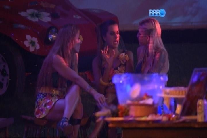 20.fev.2014 - Angela se revolta ao descobrir que Letícia e Marcelo se beijaram debaixo do edredom